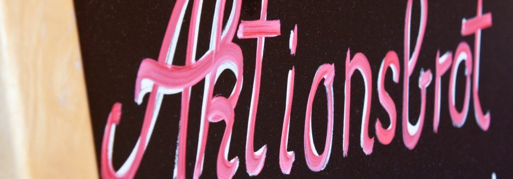 Tafel mit Aktionsbrot-Schriftzug rot