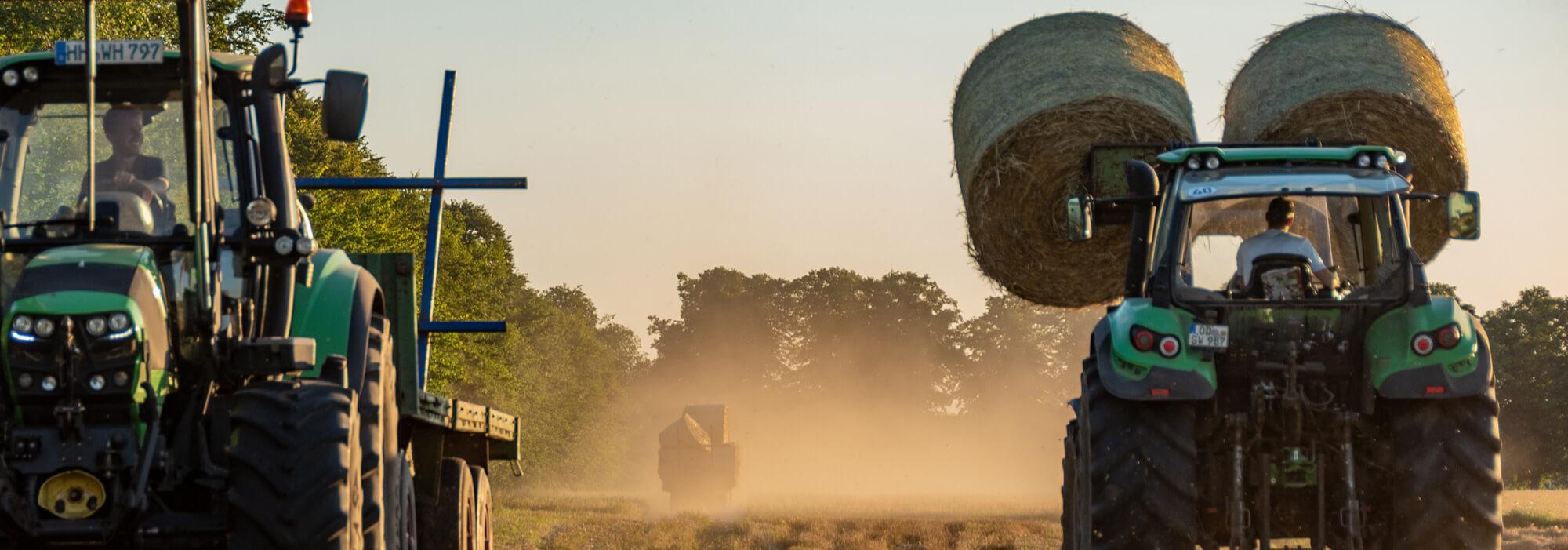 Trecker fahren Stroh auf dem Gut Wulksfelde